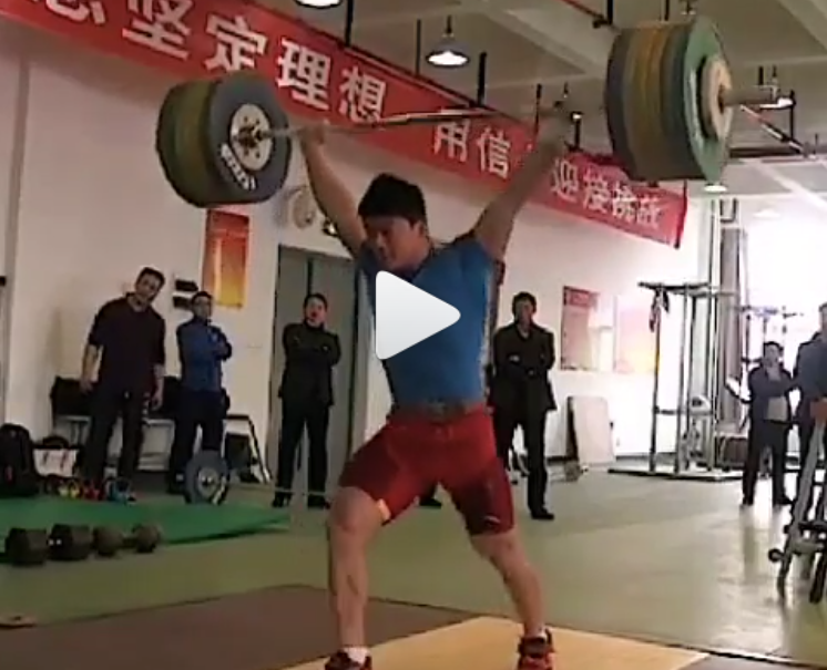 Chinese weightlifter Su Ying clean and jerks 200 kg in training