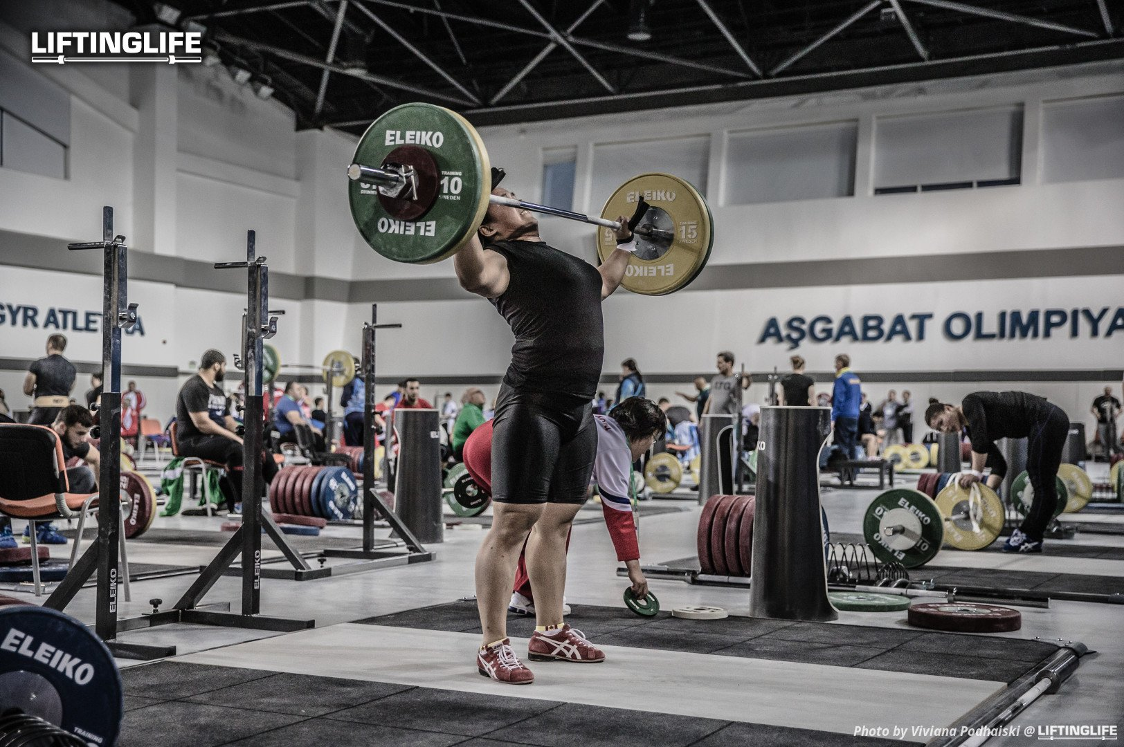 Weightlifter muscle snatches in the training hall at the 2018 World Championships